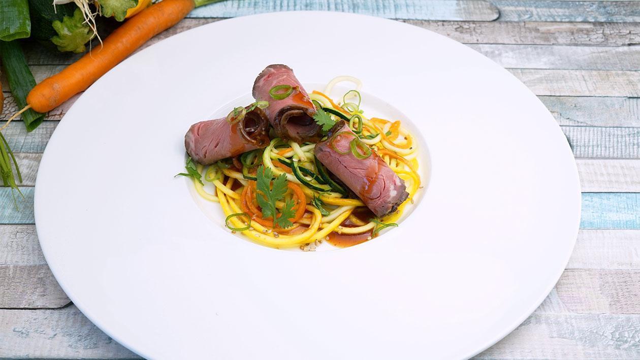 Roastbeef mit Asis Kruste auf Gemüse Nudeln