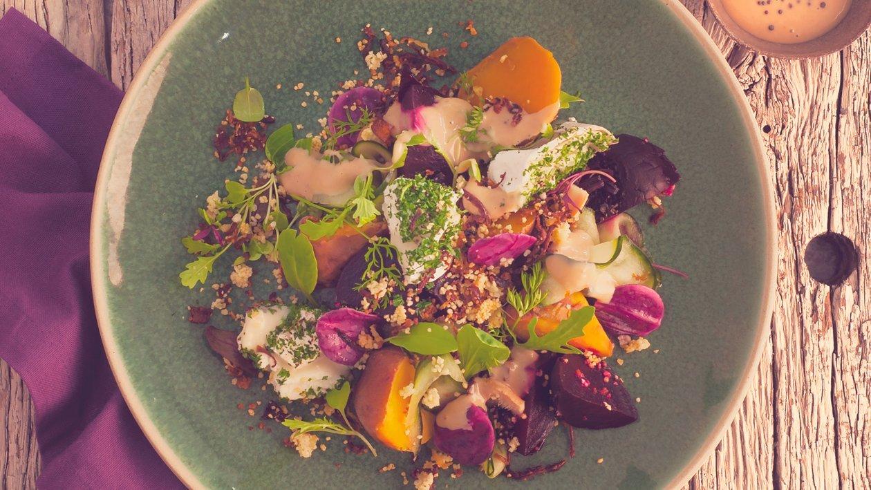 Salat Bowl mit gebackener Rote Beete und Süsskartoffeln, Ziegenfrischkäse und Karamell-Honig-Senf Dressing