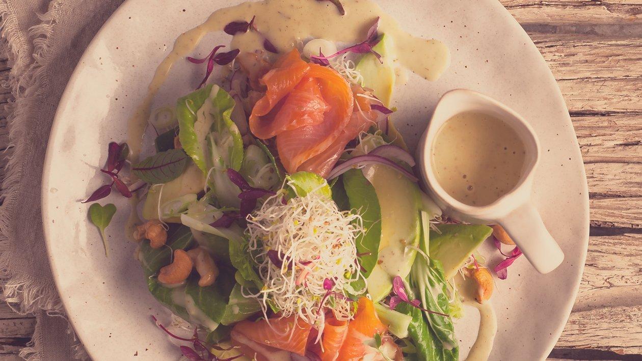 Salat Bowl mit geräucherter Lachsforelle, Pak Choi und Avocado, Blattsalat, Alfalfa Sprossen und einem Spicy Dressing