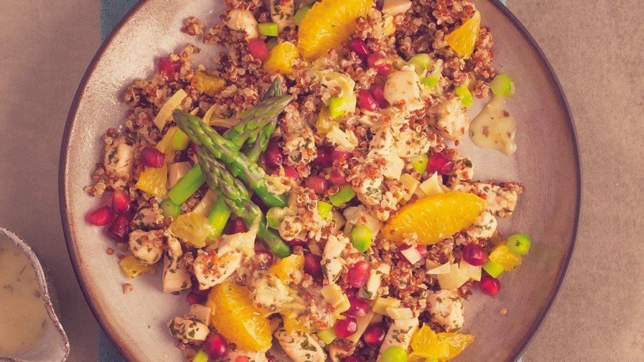 Salat Bowl mit lauwarmem rotem und weissem Quinoa, Poulet, Spargeln, Artischocken, Früchte-Konfetti und Zitrus-Vinaigrette