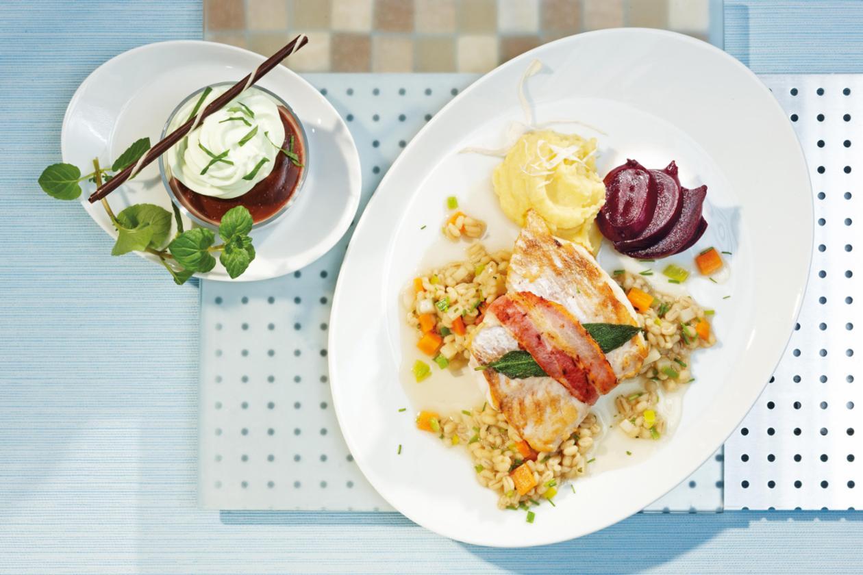 Saltimbocca von Rotbarsch auf Gemüsegraupen, Kartoffel-Meerrettichschnee und Rote Beete