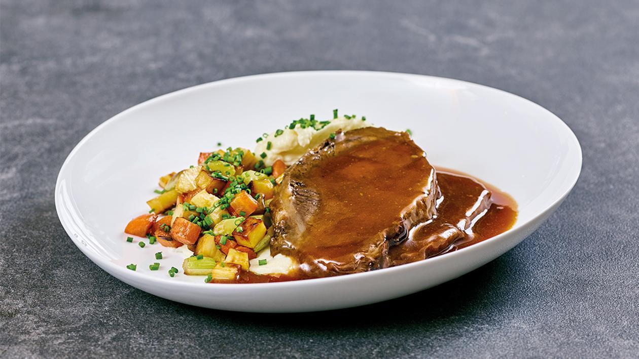 Sauerbraten mit Schmorgemüse und Pastinakenpüree