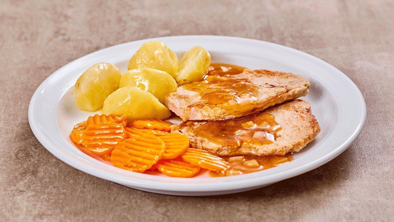 Schnitzel, natur mit Pfeffer-Zwiebel-Sauce, Salzkartoffeln und Karotten