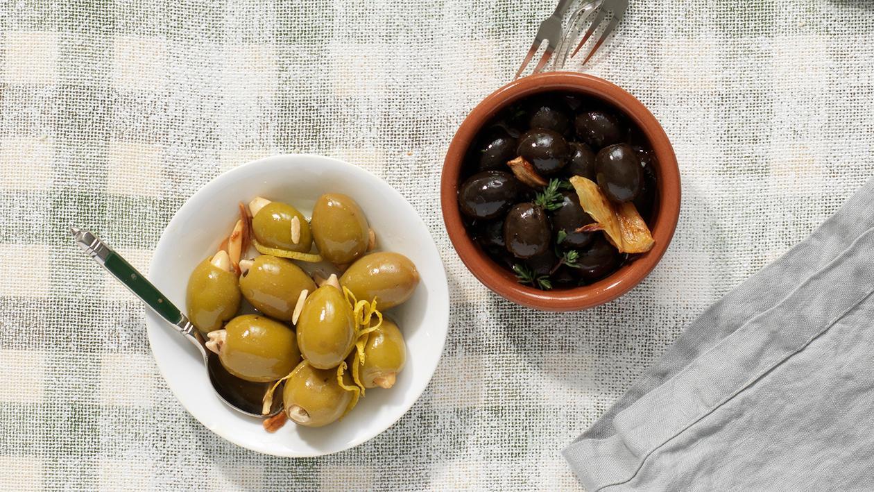 Schwarze Oliven mit Knoblauch und Thymian