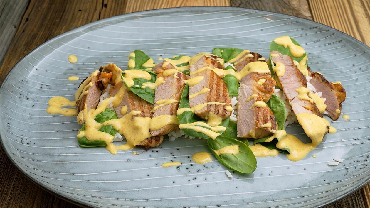 Schweinenacken Steak in Kokos - Currysauce mit jungem Spinat