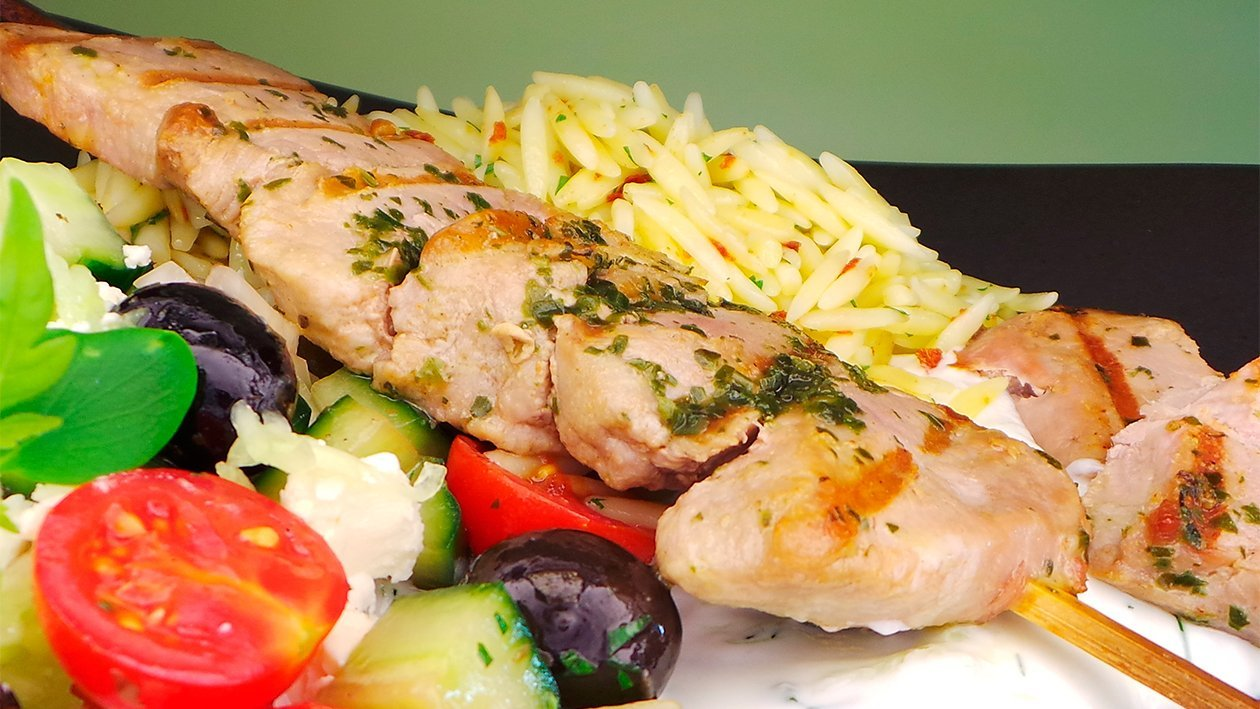 Schweinespieße mit Tzaziki, Kritharaki Nudeln und griechischem Salat