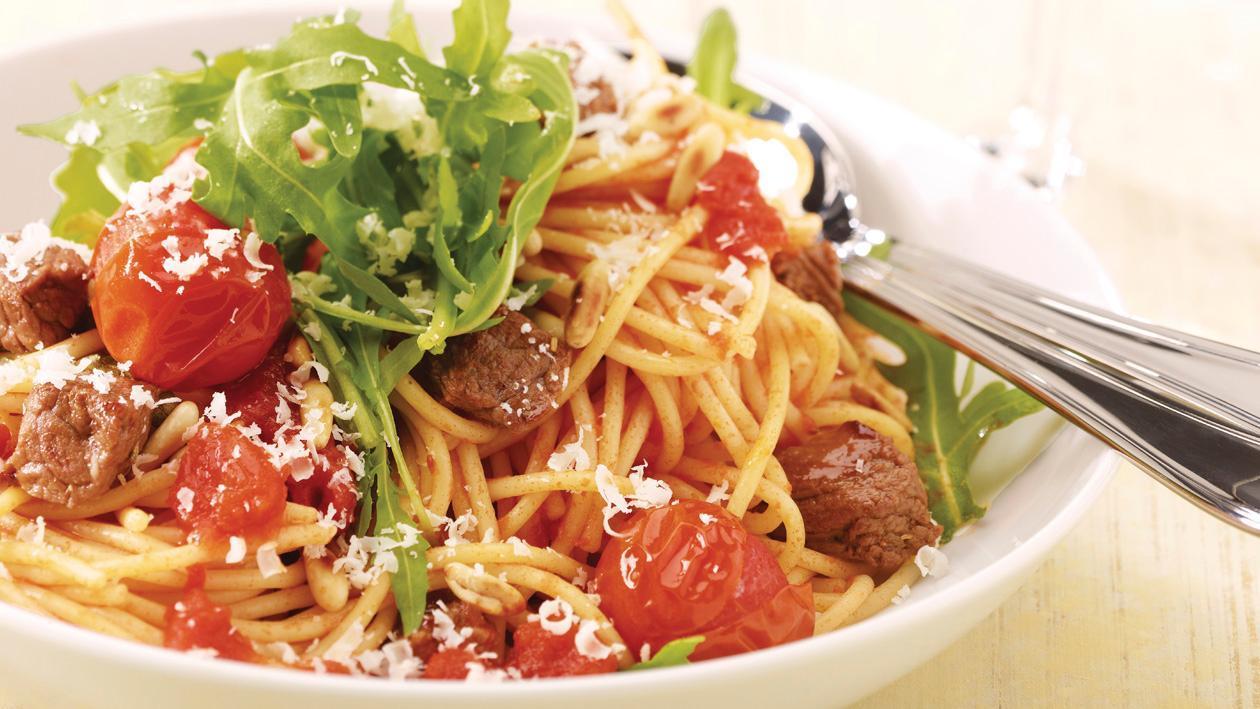 Spaghetti mit Rindsfleischwürfel, Tomaten und Rucola