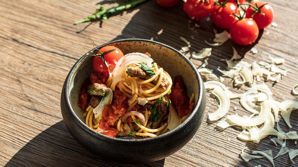 Spaghetti mit Tomatensugo und Rindfleischstreifen
