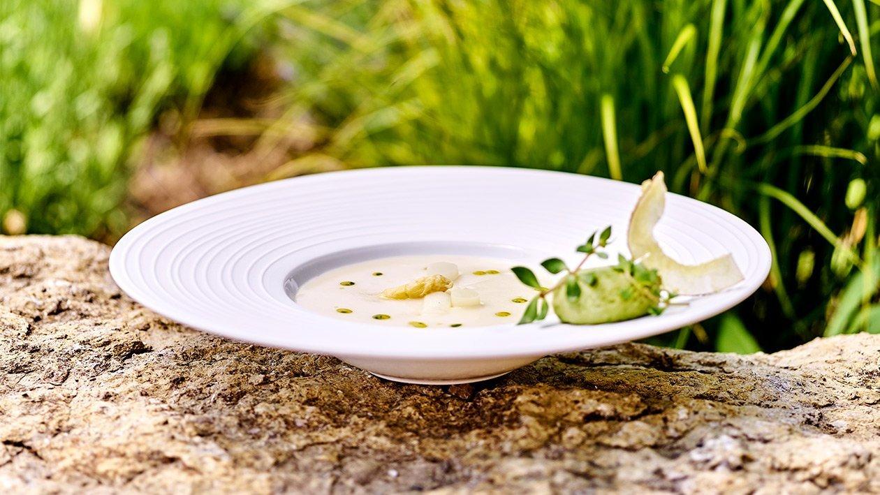 Spargel-Kokos-Suppe mit Auflauf von jungen Erbsen