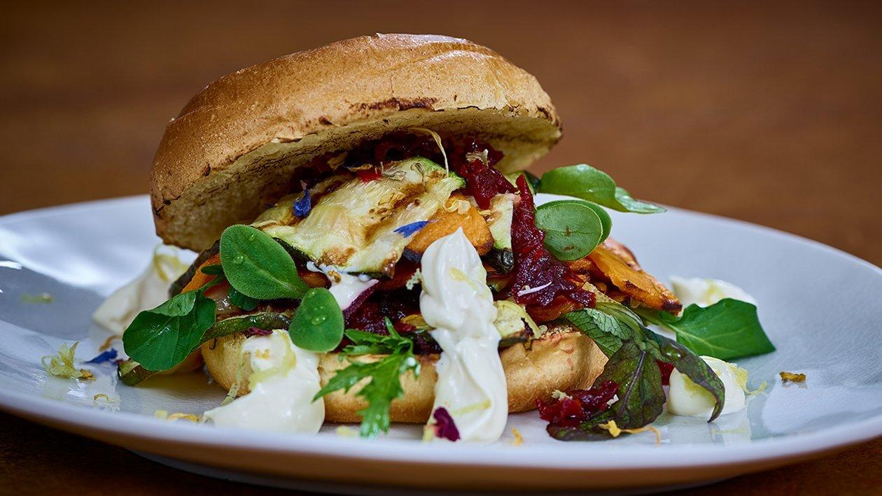 Süßkartoffel-Zucchini-Burger mit Rote Beete-Relish