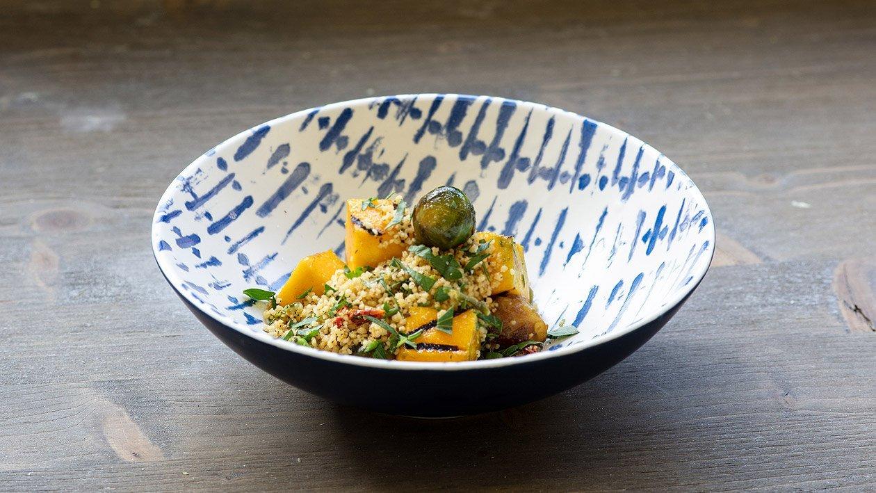 Taboulé Salat mit gebratenen Kürbis und geschmorten Rosenkohl