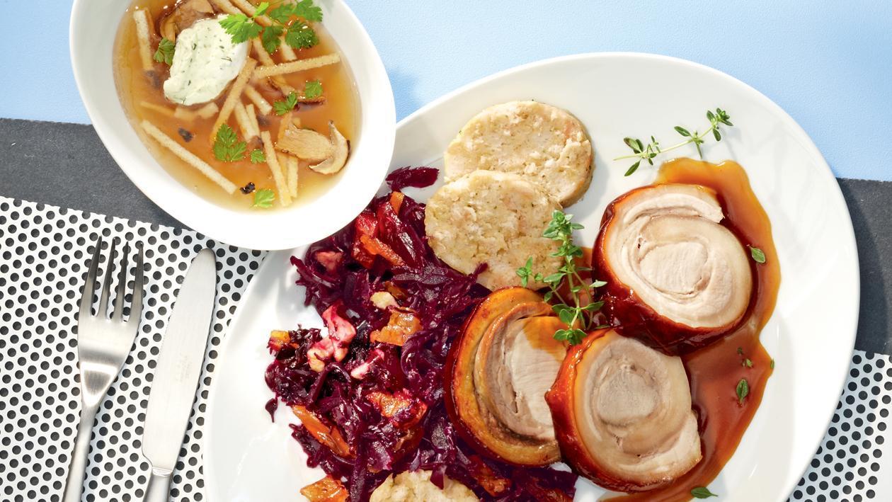 Tannenhonig-glacierter Spanferkelrücken mit Zitronenthymian-Sauce auf Koriander-Rotkohl mit Dörrobst und Serviettenknödel
