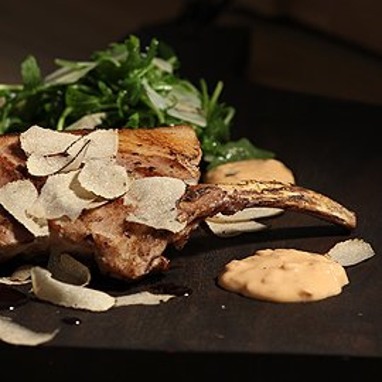 Tomahawk vom Schwäbisch Hällischen, gratiniert mit Choron Mayonnaise, Rucola Risotto und Trüffel