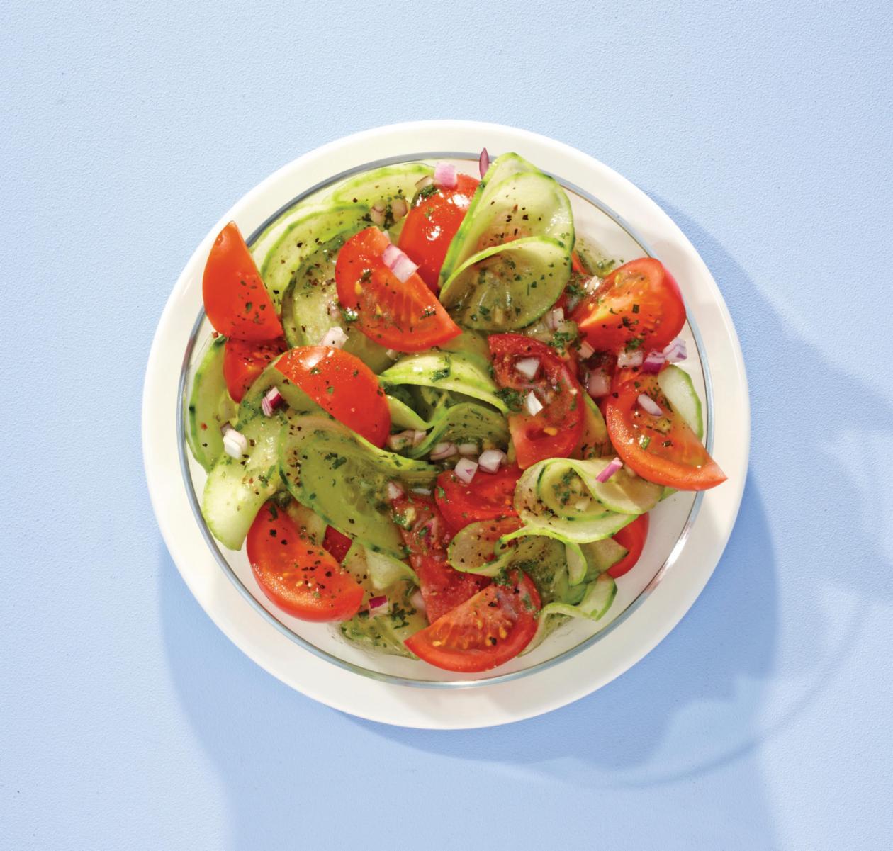 Tomaten-Gurkensalat mit Kresse