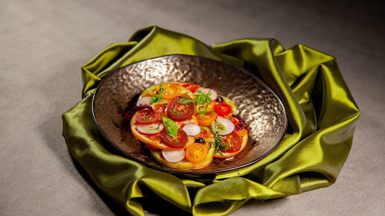 Tomatensalat mit Radieschen, Tapenade und Roter Paprika Dressing