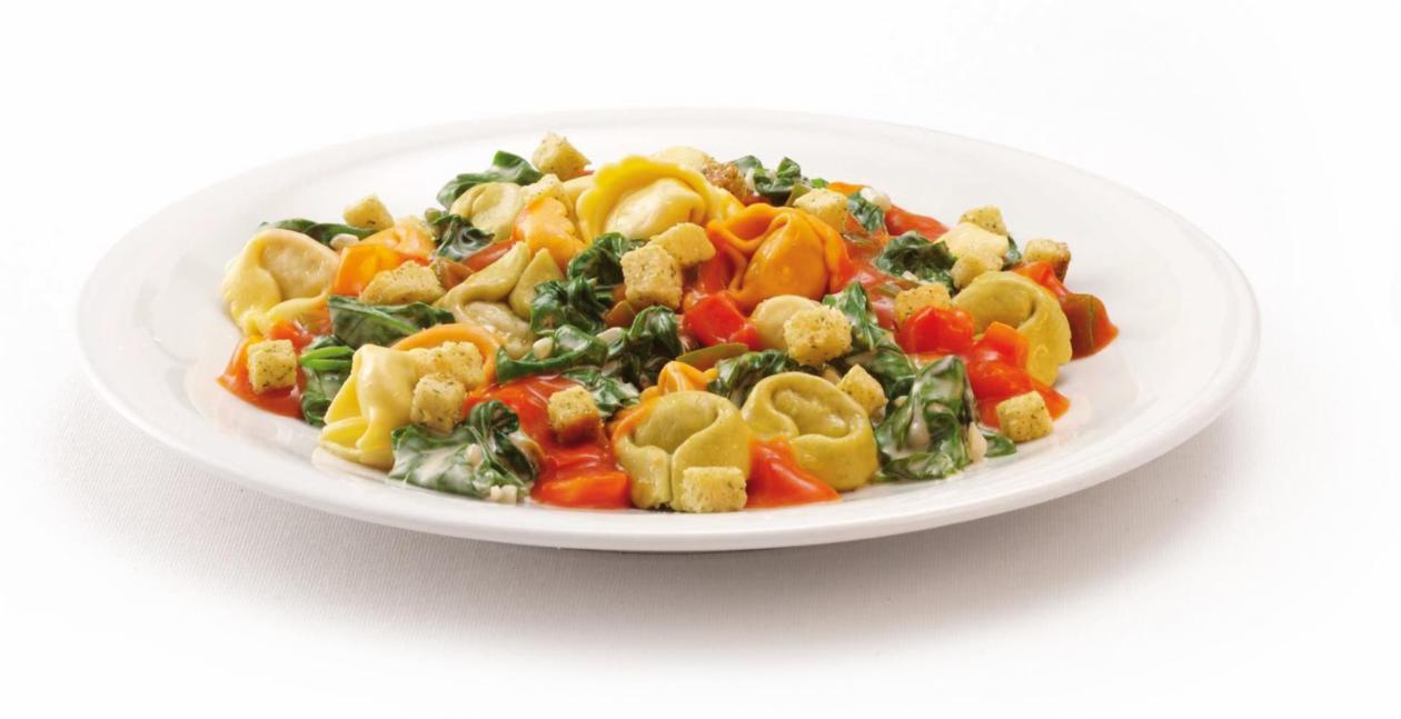Tortelloni auf cremigem Blattspinat mit Tomatensauce