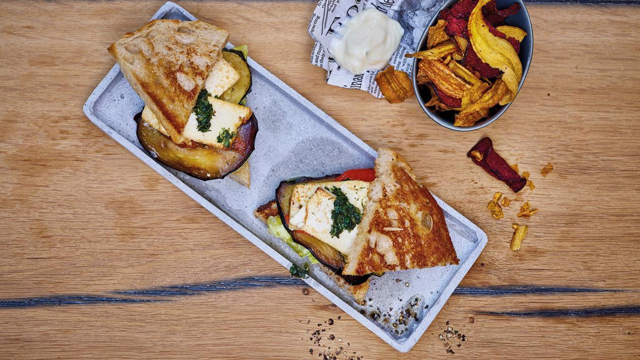 Veganes Club-Sandwich mit Gemüsechips