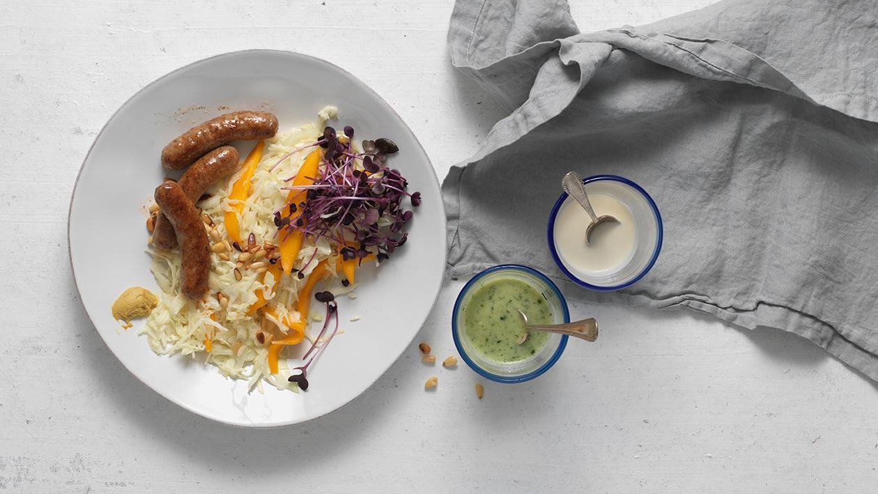 Weißkohl-Mango-Salat mit Schweinsbratwurst