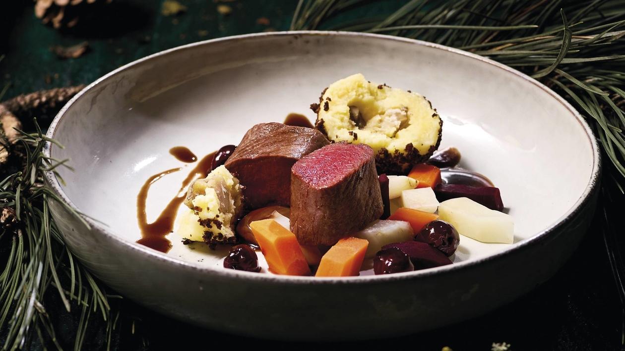 Wildhase, Wurzelgemüse, Kirschen, Kartoffeln, Maroni, Pumpernickel, Rotwein
