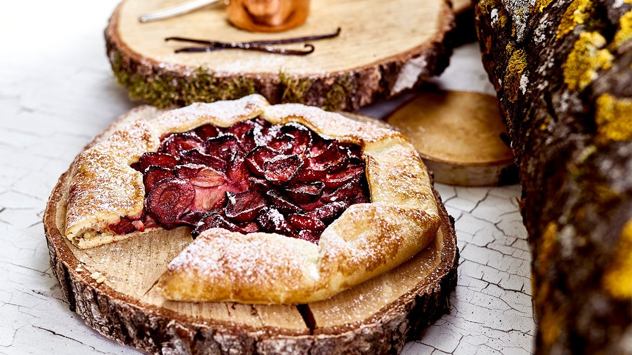 Zwetschgen-Galette mit Marzipan-Vanillecreme und kandierten Mandeln