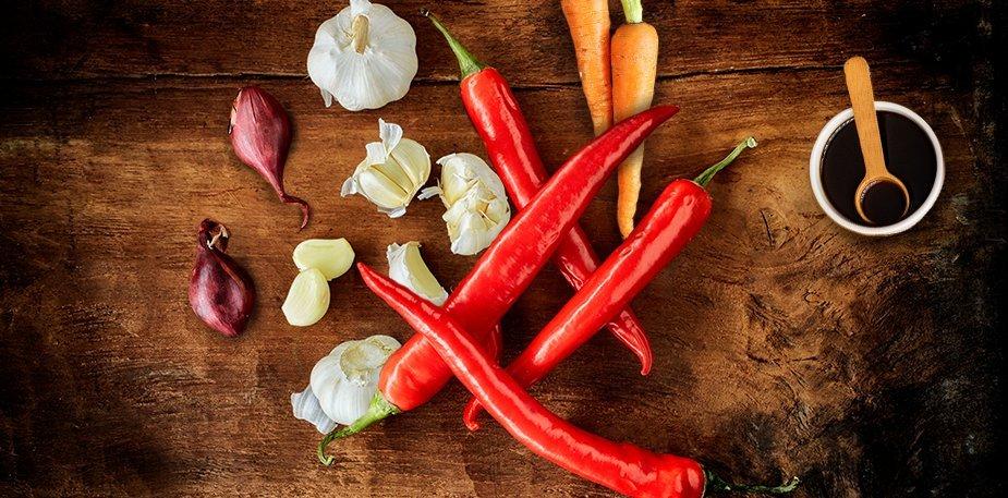 Knorr Πικάντικη Σάλτσα με Τσίλι, Σόγια και Λαχανικά 1 lt - Με σόγια, καυτερές πιπεριές τσίλι, σκόρδο, κρεμμύδι, ξύδι,  μελάσα, καρότα και πιπεριές
