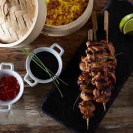 Καλαμάκια Κοτόπουλο με Γλυκιά Σάλτσα Σόγιας και Αρωματισμένο Ρύζι με Κουρκουμά