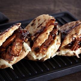 Μίνι Αραβικές Πίτες με Χοιρινό σε Σάλτσα BBQ και Σαλάτα Coleslaw