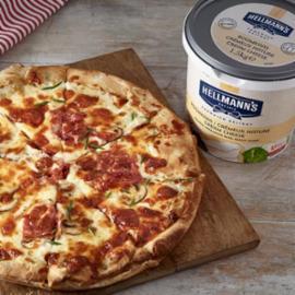 Πίτσα με Κρέμα Τυρί, Σαλάμι Αέρος με Τρούφα Μανιτάρια και Λάδι Τρούφας