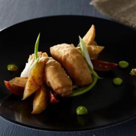 Πικάντικο Ψάρι με Πατάτες και Πουρέ Γιαουρτιού με Αρακά