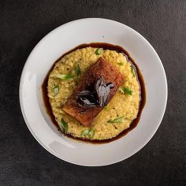 Σιγοψημένη Πανσέτα με Σάλτσα Πετιμέζι και Knorr Γλυκιά Σάλτσα Σόγιας πάνω σε Κρέμα Φάβας και Καραμελωμένα Κρεμμυδάκια