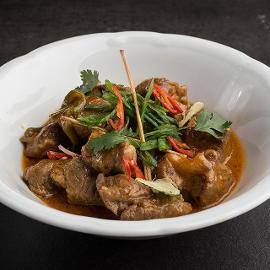 Χοιρινό με Knorr Thai Red Curry Paste, Λεμονόχορτο, Ταμάρινθο και Σπανάκι