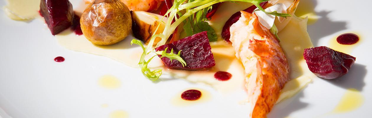 Αστακός Sous vide με Παντζάρια, Πατάτες Κονφί, Κρέμα Σελινόριζας και Αρωματική Σάλτσα Γαρίδας