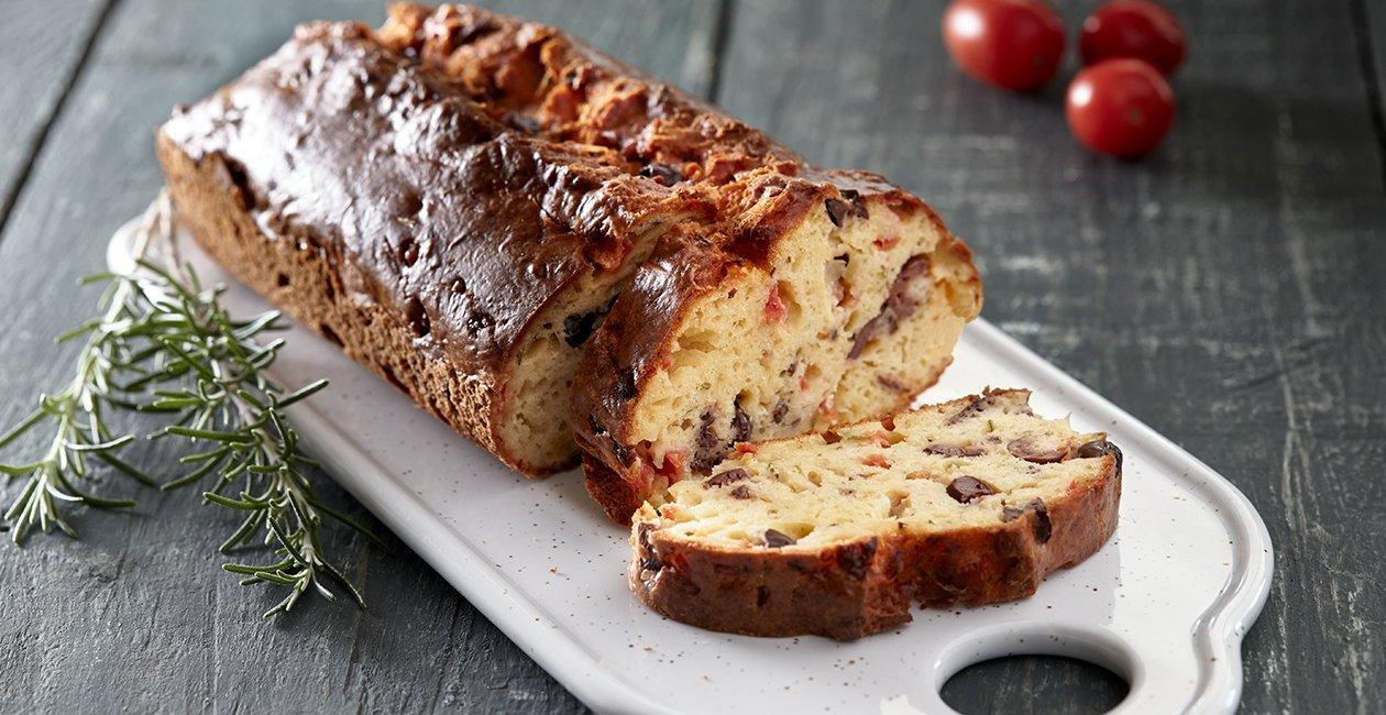 Κέικ με Ελιές, Τομάτα και Αρωματικό Δεντρολίβανο