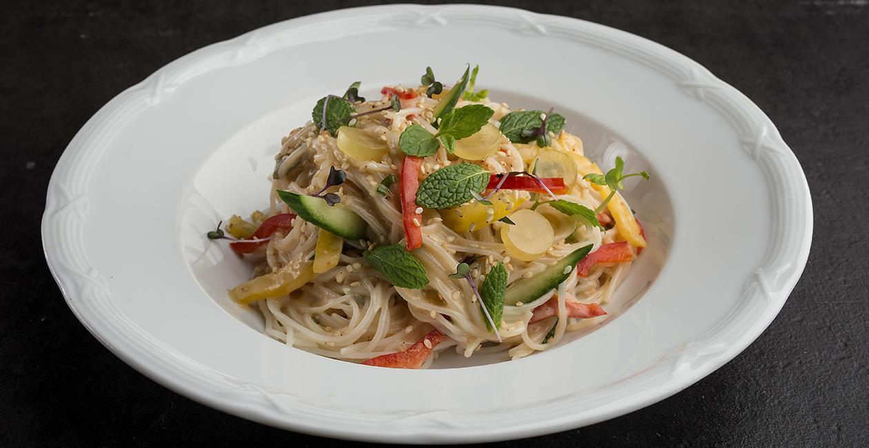 Κρύα Σαλάτα με Soba Noodles, Knorr Chili Soy Sauce, Λαχανικά, Πορτοκάλι και Σουσάμι