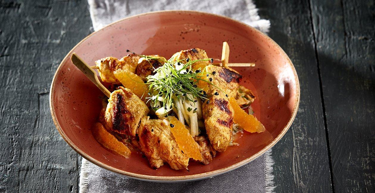 Μαροκινά Σουβλάκια Κοτόπουλο σε Δροσερή Σαλάτα Φινόκιο με Πορτοκάλι και Μυρωδικά