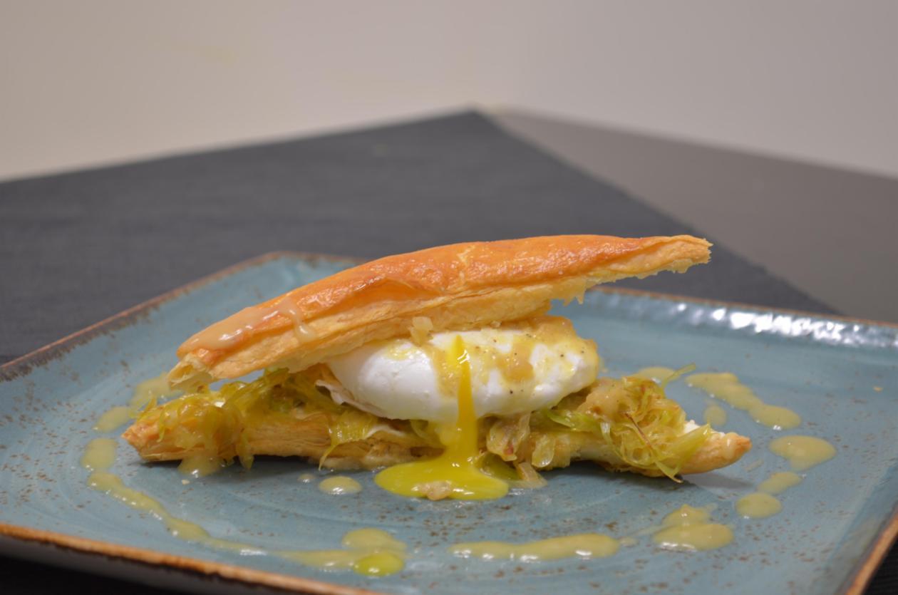 Μιλφέιγ με Κρέμα Τυρί πράσα και αυγά ποσέ