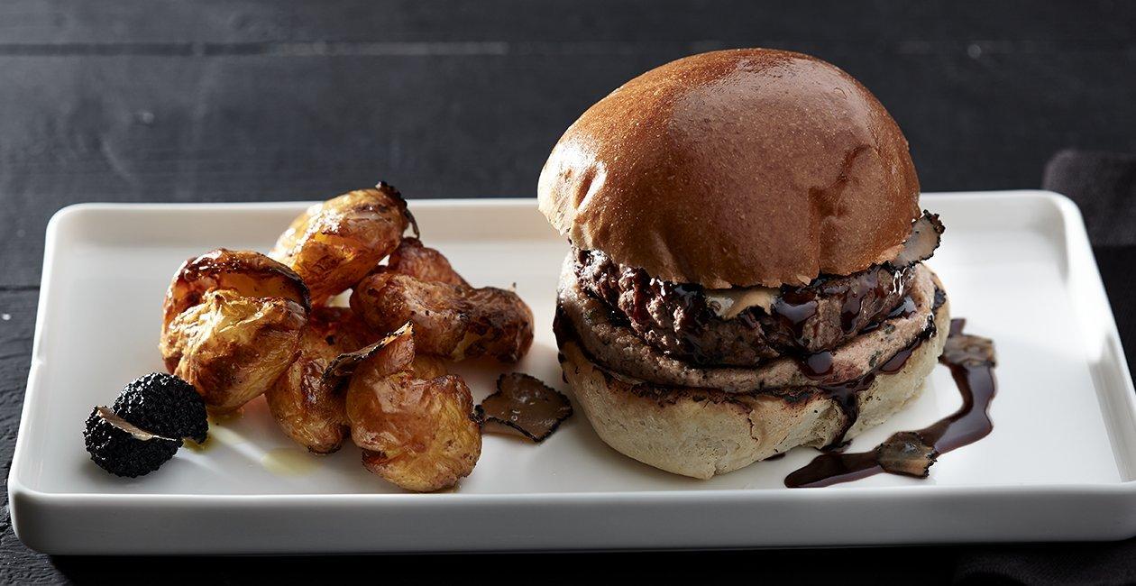 Μοσχαρίσιο Burger με Πατέ Συκωτιού και Σάλτσα Κρασιού Αρωματισμένη με Τρούφα