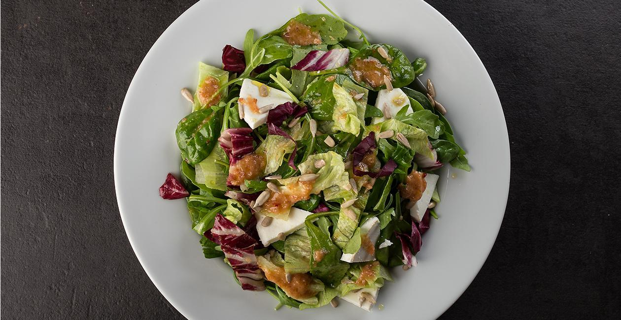 Σαλάτα με Πράσινα Σαλατικά, Μανούρι, Δυόσμο, Βινεγκρέτ Μπέικον, Knorr Πικάντικη Σάλτσα με Τσίλι και Ηλιόσπορους