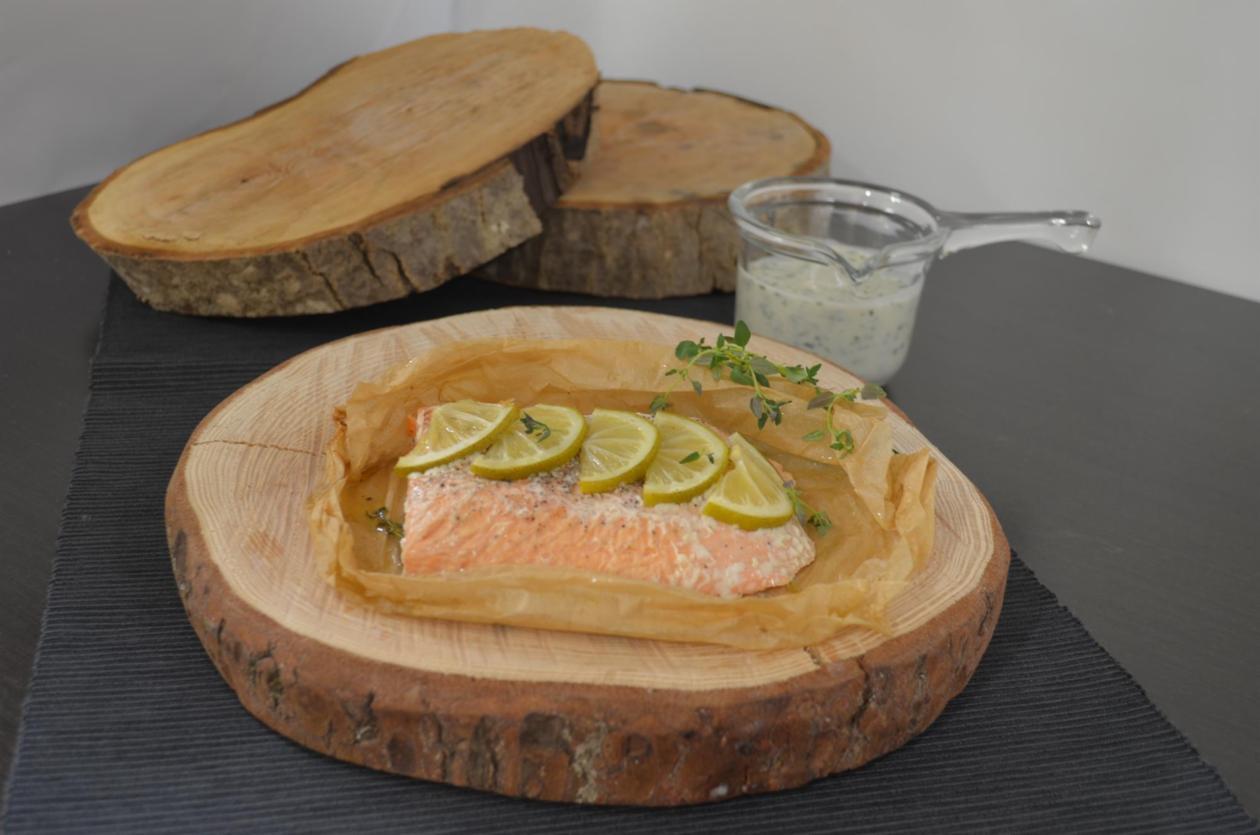 Σολομός σε λαδόχαρτο με αρωματική σάλτσα μυρωδικών