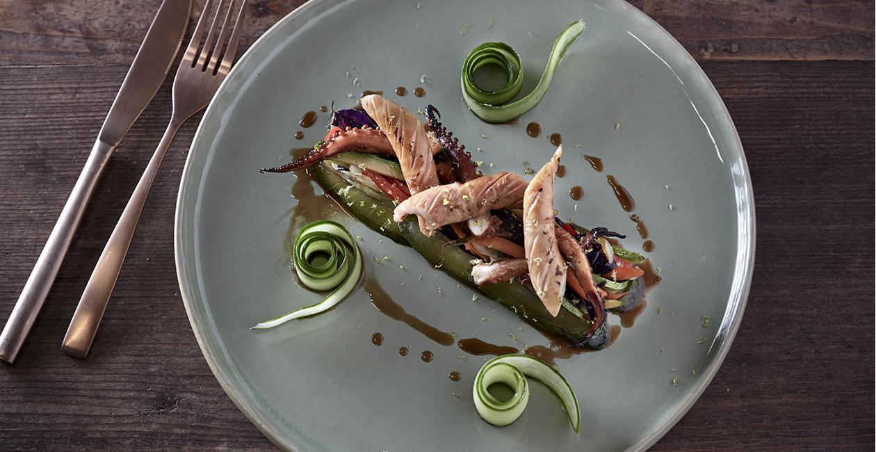 Σοτέ Καλαμάρι με Stir Fry Λαχανικά και Πίκλες Αγγουριού
