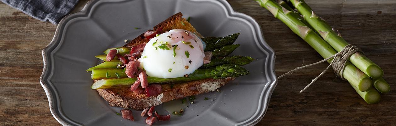 Σπαράγγια με Ποσέ Αυγό σε Χωριάτικο Φρυγανισμένο Ψωμί