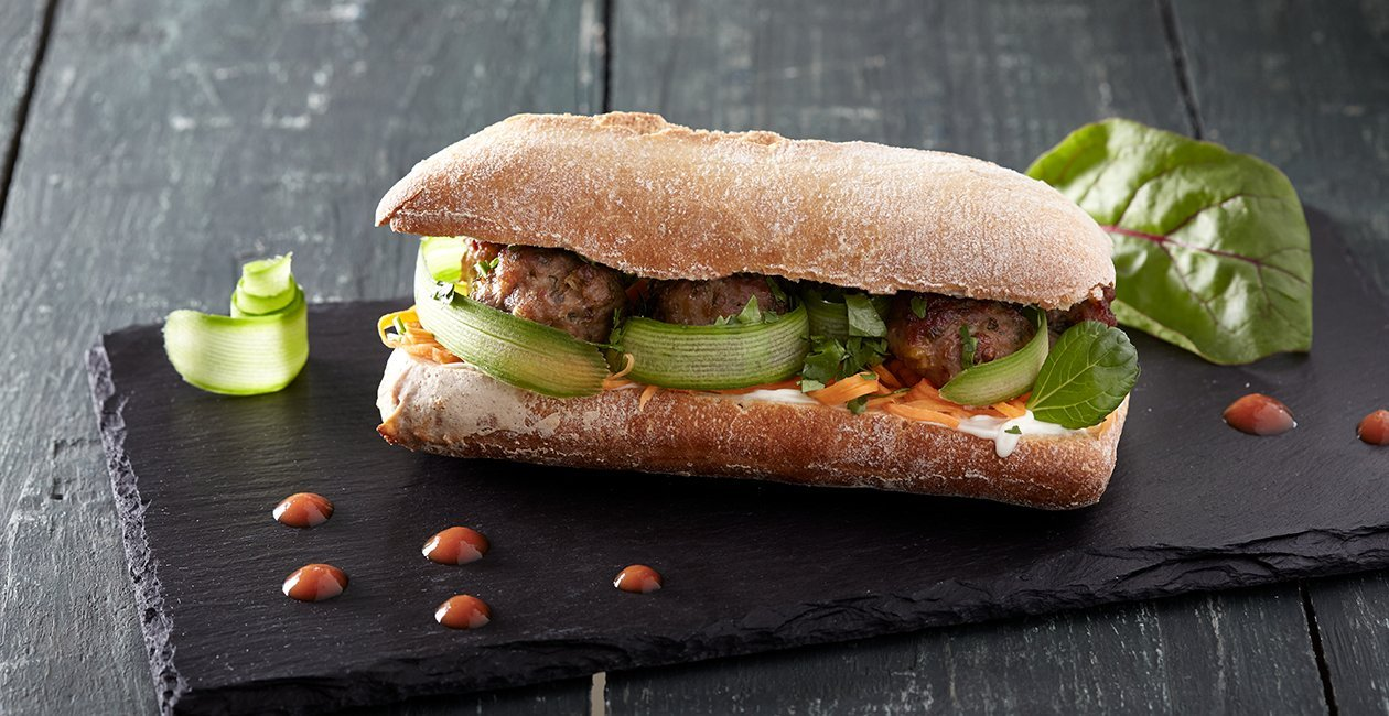 Χοιρινά Κεφτεδάκια Bánh Mì σε Δροσερή Μπαγκέτα με Λαχανικά