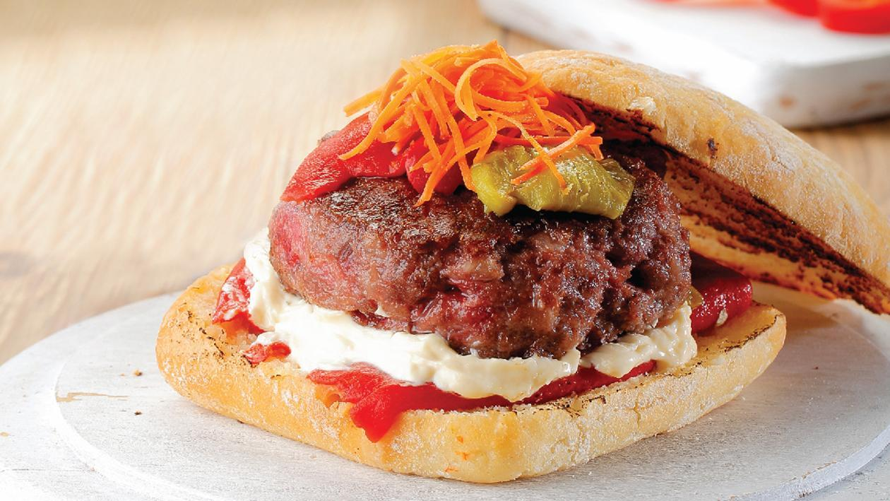 Burger με κόκκινες πιπεριές και κρεμώδη υφή