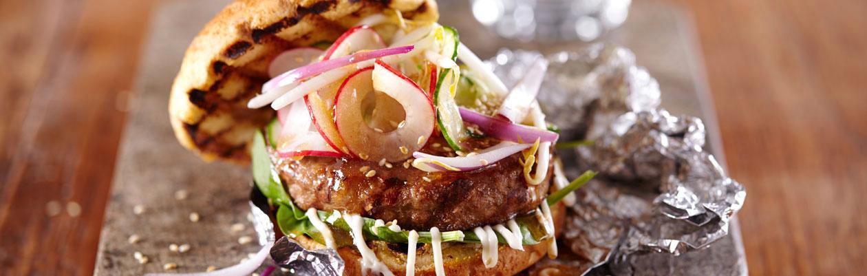 Burger με πίκλες λαχανικών και σάλτσα σόγιας