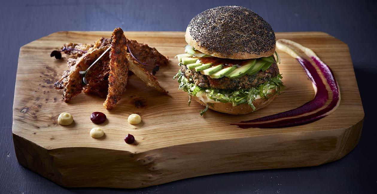 Burger με Φαλάφελ από Κους-Κους με Καρότα και Κολοκύθια σερβιρισμένο με Σάλτσα από Ταχίνι και Γιαούρτι