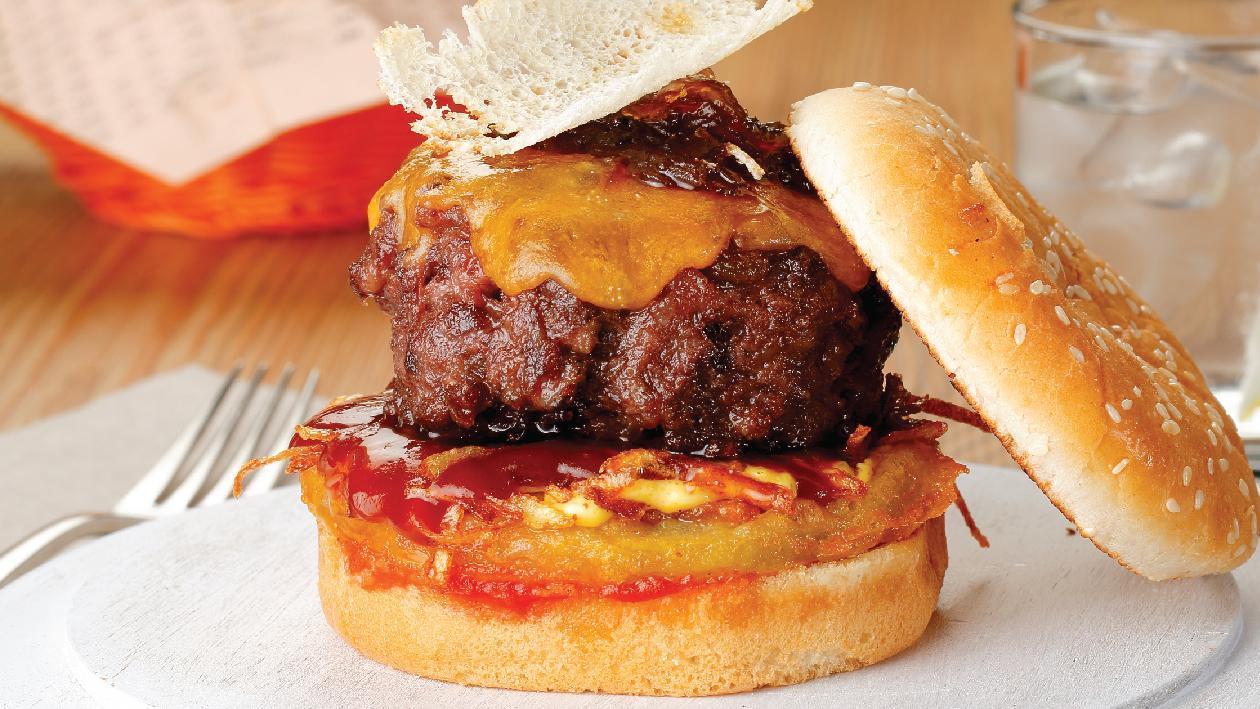 Burger Angus με παραδοσιακή σάλτσα BBQ με Hickory