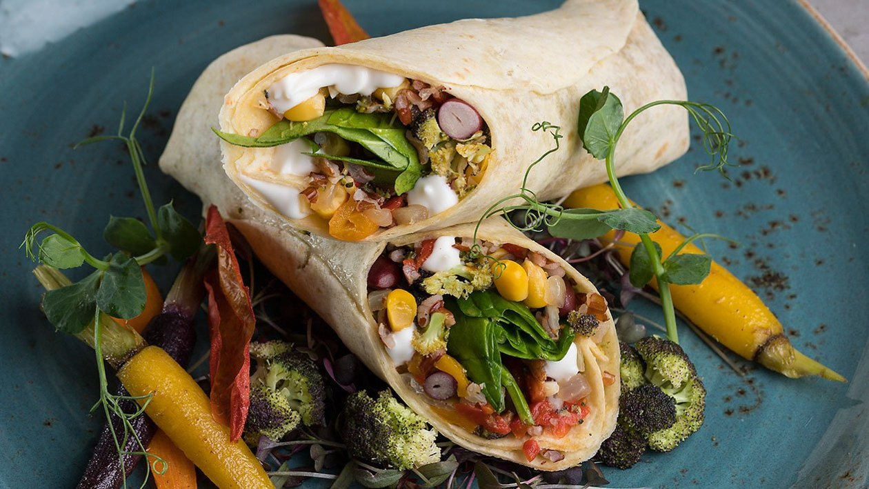 Burrito με κόκκινο ρύζι, μαύρα φασόλια σε dressing Hellmann's Vegan με αβοκάντο.