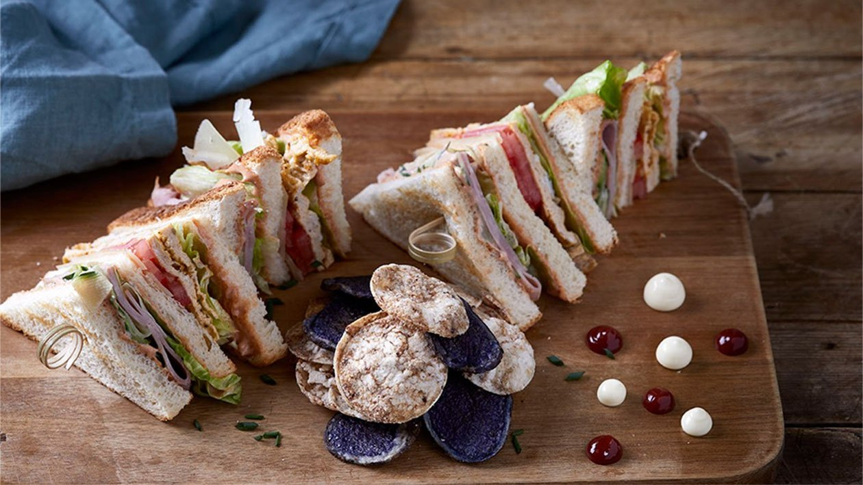 Club sandwich με χοιρομέρι, ομελέτα και γραβιέρα