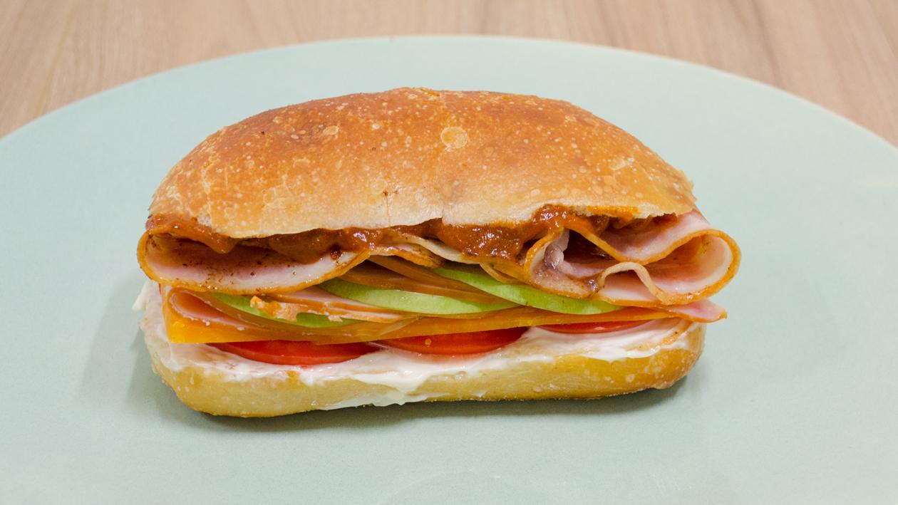 Sandwich γαλοπούλας με μήλο, cheddar και bacon