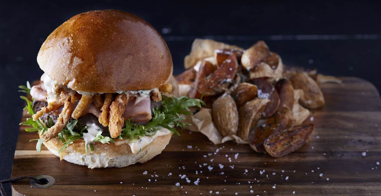 Spicy & Smoky Burger με γρασαρισμένο μπέικον και άχυρο κρεμμυδιού